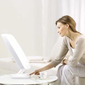 femme utilisant lampe de luminothérapie