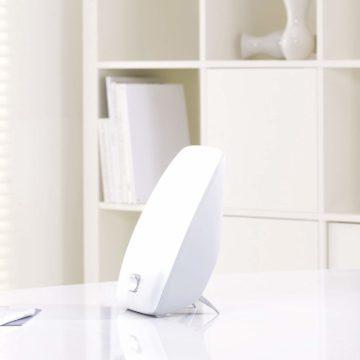 lampe de luminothérapie sur table